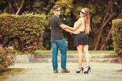 Couples en parc faisant le tour Image libre de droits