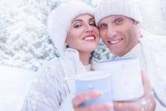 Couples en portrait d'amour dans la forêt de neige Image libre de droits