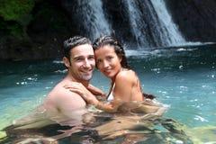 Couples en rivière tropicale d'île Photographie stock