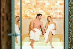 Couples en serviettes se reposant dans le sauna Photos libres de droits