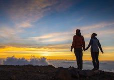 Couples en silhouette d'amour pendant le coucher du soleil - touchant Photo libre de droits