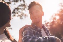 Couples en stationnement Photos libres de droits