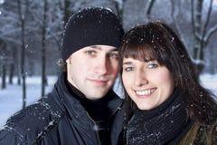 Couples en stationnement de l'hiver Images stock