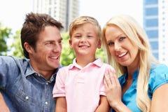 Couples en stationnement de ville avec le jeune fils Photographie stock libre de droits