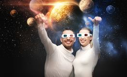 Couples en verres 3d regardant la projection de l'espace Photos stock