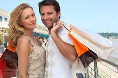 Couples en voyage d'achats Images libres de droits