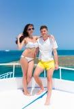Couples enamourés attrayants se tenant sur le yacht à un résumé ensoleillé Photos libres de droits