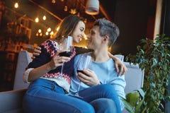 Couples enamourés une date en café dans le jour de valentines Photos stock
