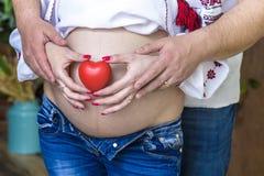 Couples enceintes choisissant le genre du bébé, le nom du ` s d'enfant Le problème du choix pour un mari et une épouse Photos stock