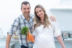 Couples enceintes dans la cuisine Photographie stock libre de droits