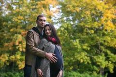 Couples enceintes de jeunes Images stock