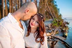 Couples enceintes de jeunes dans l'amour la soirée ensoleillée d'été Photo stock