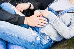 Couples enceintes de jeunes tenant des mains sur le grand ventre Photos libres de droits