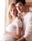 Couples enceintes heureux Image stock