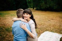 Couples enceintes heureux et de jeunes étreignant en nature Image libre de droits