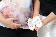 Couples enceintes tenant des chaussettes Photo stock