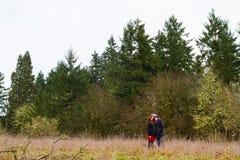 Couples engagés dehors Image stock