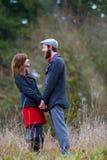 Couples engagés dehors Photo stock