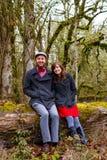 Couples engagés dehors Photos stock
