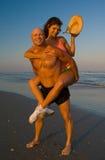 Couples enjoing la plage Image libre de droits