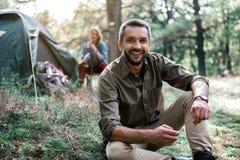 Couples enthousiastes détendant dans les bois Images stock