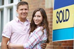 Couples enthousiastes en dehors de nouvelle maison ensemble Photo libre de droits