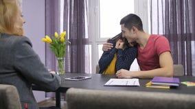 Couples enthousiastes recevant des clés de nouvelle maison banque de vidéos
