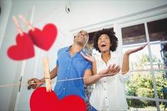 Couples entrant à la maison décoré des coeurs images stock