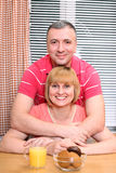 Couples entre deux âges dans la cuisine Photo stock