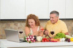 Couples entre deux âges dans la cuisine Photos stock