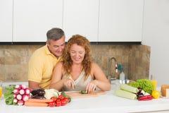 Couples entre deux âges dans la cuisine Photos libres de droits