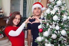 Couples envoyant l'amour de Noël Photographie stock libre de droits