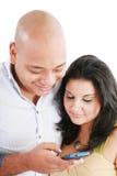 Couples envoyant un message avec texte Image libre de droits