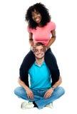 Couples espiègles ayant l'amusement Photographie stock