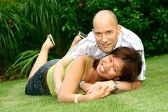 Couples espiègles dans le jardin Image stock