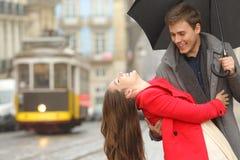 Couples espiègles heureux plaisantant dans la rue Image stock
