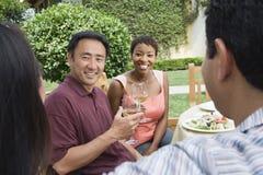 Couples et amis célébrant avec du vin Image stock