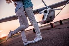 Couples et avions Photo libre de droits