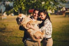 Couples et chien de Y extérieurs Photographie stock