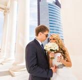 Couples et gratte-ciel de mariage Photographie stock libre de droits
