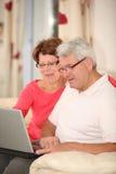 Couples et Internet aînés Image libre de droits