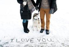 Couples et leurs chiens de traîneau sibériens Image stock