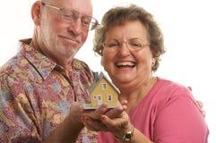 Couples et maison aînés heureux image libre de droits