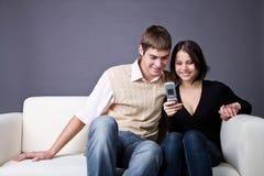 Couples et sms photographie stock libre de droits
