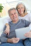 Couples et technologie aînés Photographie stock libre de droits