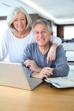 Couples et technologie aînés Image stock
