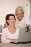 Couples et videocall aînés Photographie stock libre de droits