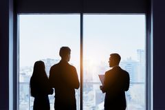 Couples et vrai concept d'affaire de fenêtre d'agent immobilier image libre de droits