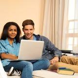 Couples ethniques multi se préparant aux examens Photographie stock libre de droits