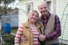 Couples europ?ens m?rs embrassant devant la maison image libre de droits